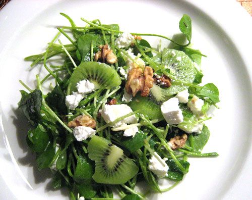 Salade van winterpostelein met geitenkaas, walnoten en kiwi