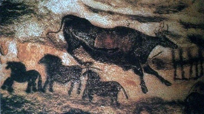 """L'ARTE DELLA PREISTORIA PITTURA PARIETALE DETTA """"LA VACCA CHE SALTA"""" NELLA GROTTA DI LASCAUX (FRANCIA, CIRCA 21000-17000 A.C).  Su un fondo movimentato da rilievo della parete rocciosa è dipinto, in colore bruno, un animale con corna e zoccoli: un bovine. La sagoma scura del corpo è tratta con grande maestria e rivela un 'attenta osservazione della realtà. .. #art #preistoria #history #canvas #oil #lascaux"""