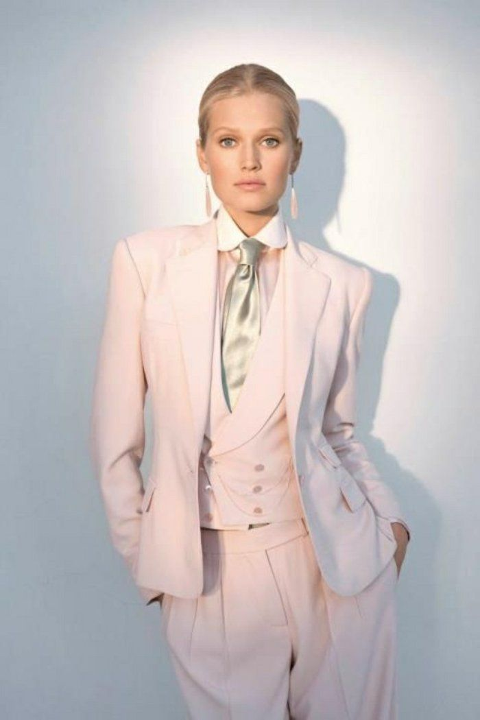 les 25 meilleures id es concernant tailleur femme sur pinterest femmes tenue vestimentaire. Black Bedroom Furniture Sets. Home Design Ideas