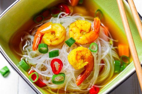 Китайский суп с рисовой лапшой и креветками, ссылка на рецепт - https://recase.org/kitajskij-sup-s-risovoj-lapshoj-i-krevetkami/  #Супы #блюдо #кухня #пища #рецепты #кулинария #еда #блюда #food #cook
