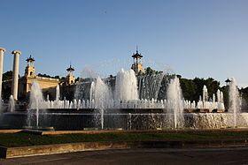 La Fontaine magique de Montjuïc, également appelée Fontaine de Montjuïc, Barcelone  Elle a été construite à l'occasion de l'Exposition universelle de 1929 par Carles Buïgas, à l'endroit où étaient situées auparavant les Quatre Colonnes de Josep Puig i Cadafalch, démolies en 1928. La construction a duré une année. Dans les années 1980 a été ajoutée de la musique. Le tout a été complètement restauré lors des Jeux olympiques de 1992.