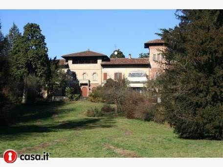 TRIUGGIO Importante porzione di villa nobiliare seicentesca ad immagine di castello immersa in ampio parco riccamente piantumato, un oasi verde nella piena tranquillita' a pochi minuti da Milano
