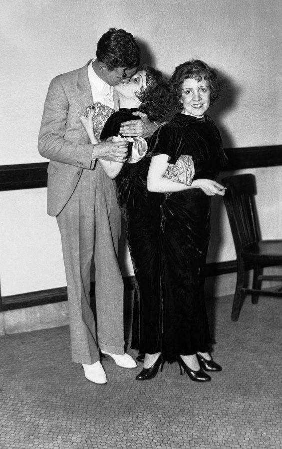 Daisy e Violet Hilton with Maurice Lambert (Violet's fiancé), 1920s