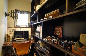 書斎の棚には、アンティークのカメラのコレクションがズラリ。