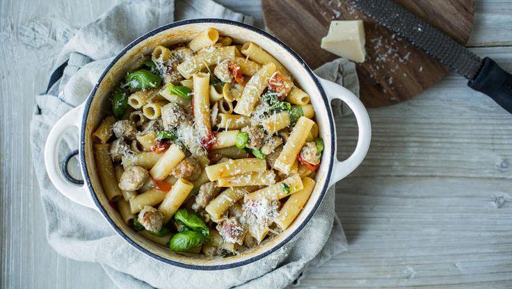 «One pot pasta»-oppskrifter har blitt svært populært i det siste og det blir ikke så mye enklere enn dette; du har alle ingrediensene i en gryte, inkludert ukokt pasta - og lar det koke til pastaen er kokt og væsken redusert. Det blir supergod pasta, og mye mindre oppvask.