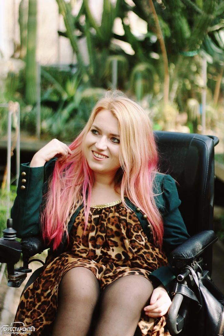 Blog modowy, Sylwia Błach. Sukienka w panterkę. #ootd #sexyoutfit #outfit #wheelchairmodel #model #polishgirl #pinkhair #ombrehair #pink #blondegirl #stylizacja #moda #modnastylizacja #blogmodowy #wheelchairgirl #wheelchair