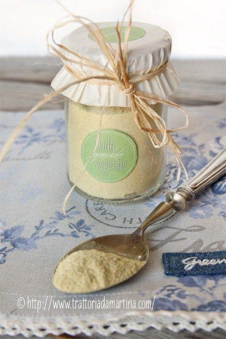 Dado granulare vegetale fatto in casa © con etichette stampabili e un'idea per confezionarlo.