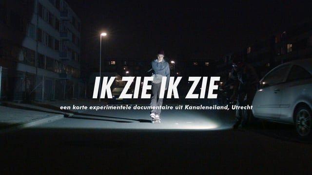 """Alom gezien als de meest criminele wijk van Utrecht, werd een gedeelte van Kanaleneiland in afwachting van sloop omgedoopt tot een tijdelijk gentricification project onder de noemer Eiland8, dat liep van 2010 tot eind 2015. IK ZIE IK ZIE is een visuele reis met geluiden, muziek en beelden uit Kanaleneiland, resulterend in een mozaïek van herinneringen van de nu voormalige bewoners.  script, camera en regie: Jefta Varwijk Poezie geschreven en voorgedragen door Coen Cornelis Sounddesign """"D..."""