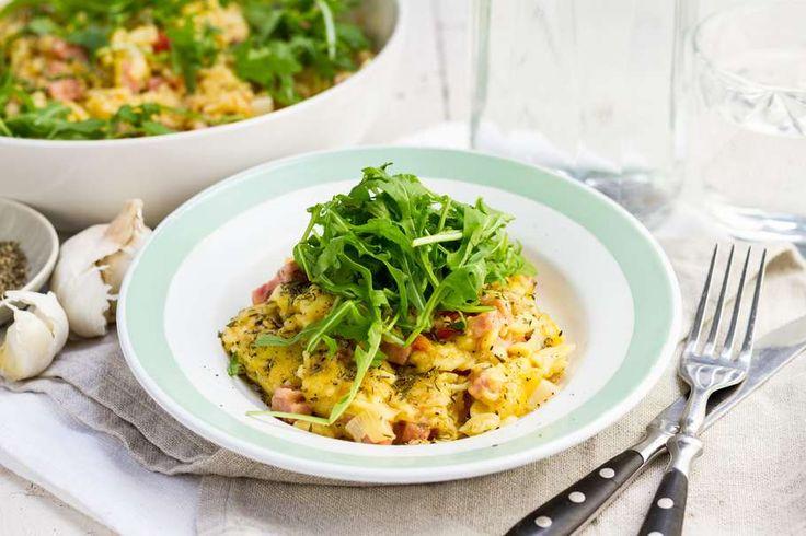 Recept voor snelle romige mac & cheese voor 4 personen. Met zout, water, olijfolie, peper, kaas, hamblokjes, tomaat, prei, ui, knoflook, tijm en macaroni (pasta)