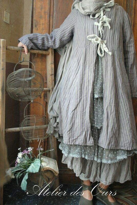 Les Ours hiver 2014 - MLLE EMELINE : Veste longue rayée, robe en tulle grise à pois, gilet maille gris, jupon en organdi gris & Leggings Les Ours - Trippen Vivienne.