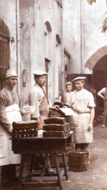 Deventer en koek zijn onlos(s)makelijk met elkaar verbonden. Dit artikel beschrijft de lange geschiedenis van het unieke kruidige product Deventer Koek.