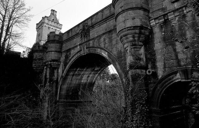 El puente de Overtoun  Un lugar lindo, jamas se ha asesinado a una persona aqui, pero por alguna razon desde 1960 hasta hoy en dia, perros se han suicidado tirandose desde ese puente, nunca se puedo explicar el suicidio de cada perro.