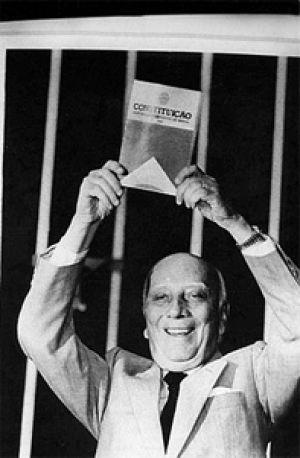 Ulysses Guimarães exibe a nova criada Constituição Federal de 1988.
