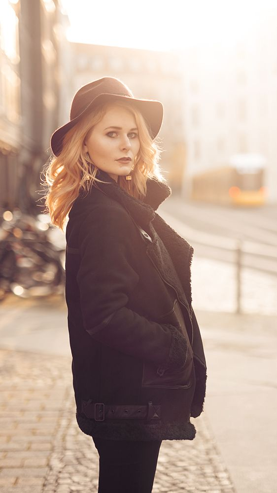 Outfit Inspiration für Damen - Fashion Look mit schwarzer Winterjacke mit Fake Fur, Hut und Lack Boots - Entdecke jetzt den ganzen Look, sowie das Mode Video auf CHRISTINA KEY - dem Fotografie, Blogger Tipps, Rezepte, Mode und DIY Blog aus Berlin, Deutschland