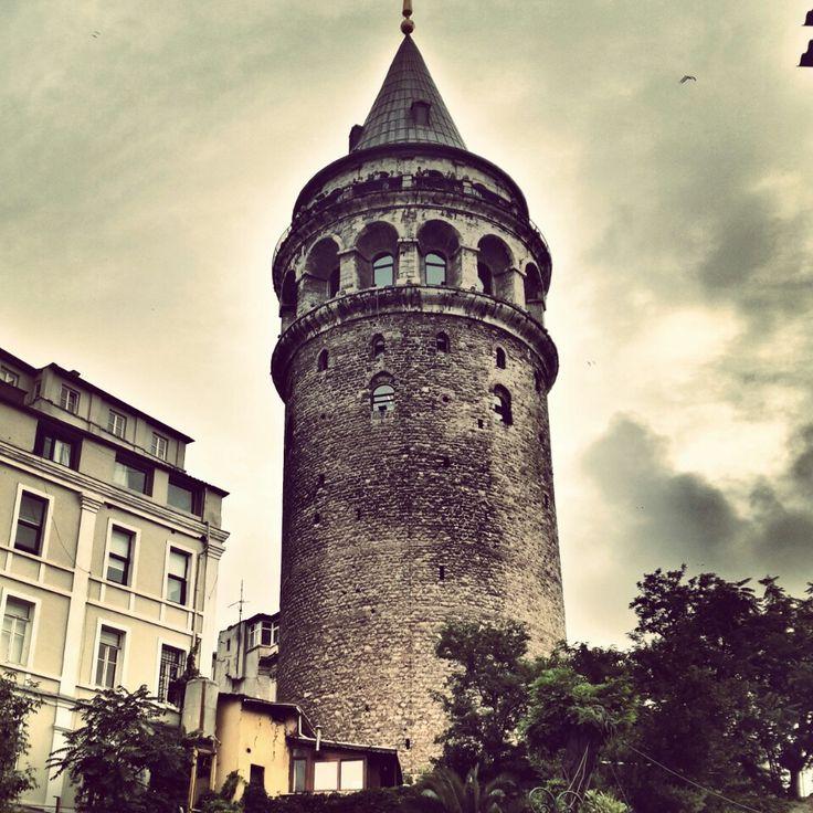 Galata Kulesi in İstanbul Questo angolo di #Istanbul ci ha ricordato incredibilmente il #Born di #Barcellona. Tanti localini, un sacco di gente per strada e un'incredibile voglia di vivere.