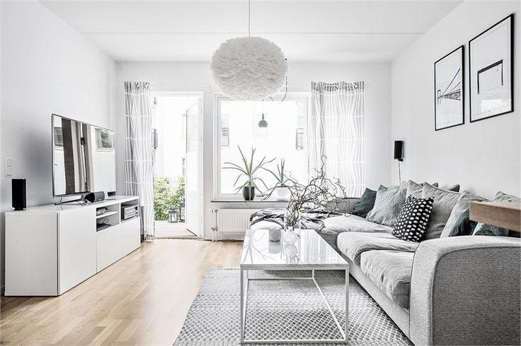 På Astris gata 70 presenteras en välplanerad trea med två privata uteplatser. Interiört väntar kök och vardagsrum i öppen planlösning samt två sovrum. Lägenheten erbjuder en genomgående stilren design med ljusa ytskikt. Lugnt belägen i Västra Eriksberg, en kort promenad från Eriksbergskajen.