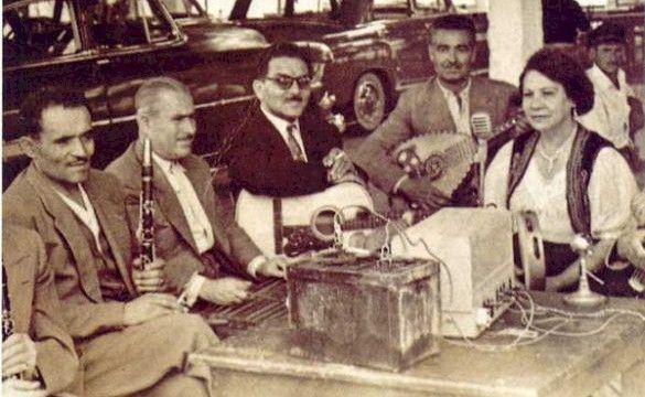 Ο Τάσος Χαλκιάς με την κομπανία του και την Ρόζα Εσκενάζυ σε πανηγύρι στα Μέγαρα (Πηγή: mousikorama.gr)