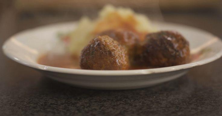 [video:573449] Balletjes in tomatensaus, da's wellicht één van de allerlekkerste gerechten uit onze Vlaamse keuken. Voor de tomatensaus heb je wel heel wat ingrediënten nodig, want alleen zo krijgt de saus heel veel smaak. Dat is het geheim van een top-tomatensaus.Gehaktballetjes maken is helemaal niet moeilijk, en als je de twee nadien samenbrengt in één pot dan is het pas echt smullen geblazen! De balletjes smaken heel lekker met bv. verse aardappelpuree, maar dat kunnen net zo goed…