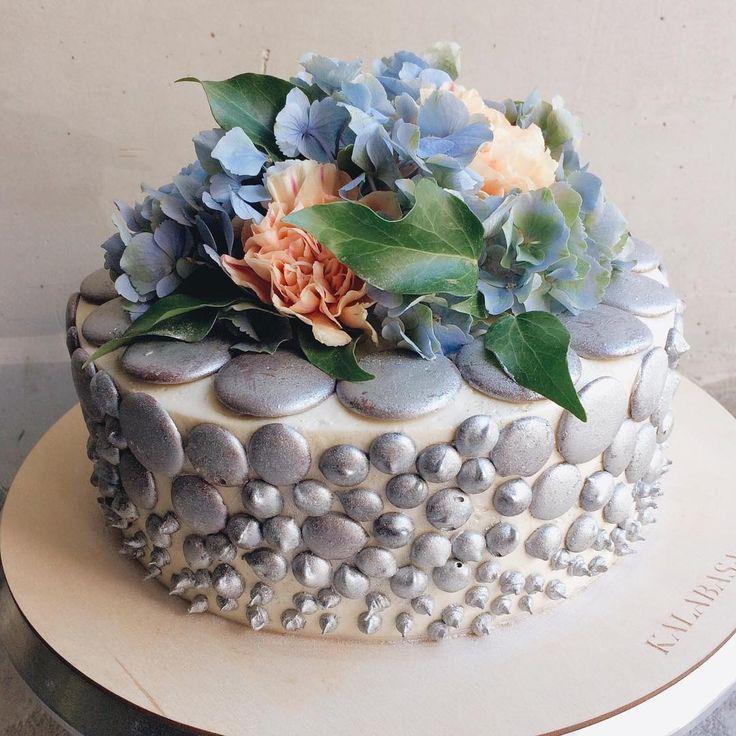 """У этого торта особенная история 💙 Несколько лет назад одна прекрасная невеста заказала у нас торт для своего торжества. Тематикой свадьбы была """"Сталь"""".Казалось бы - не самый нежный материал, но нам удалось обыграть эту тематику 👌🏻 А спустя 2 года мы создали мини-версию того самого торта, уже - для празднования годовщины 🎉  // На фото Сливочно-Сырный торт на шоколадном бисквите с апельсиновым конфитюром, 2.1 кг  //Чтобы заказать торт, капкейки и прочие сладости:  ☏ 7(926) 308-33-38  ☏…"""