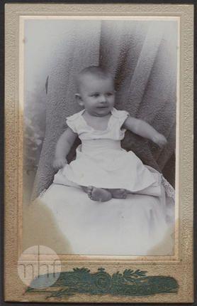 Portret dziecka i ukrytej matki. Fotograf Józef Gach. Polska - Wadowice, 1903. Utwór w domenie publicznej.