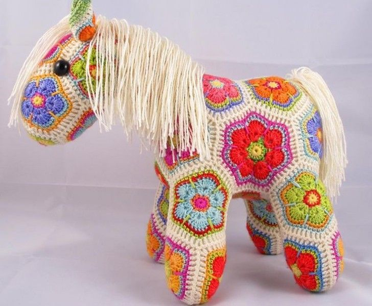 Häst av mormorsrutor +++ Colour Crochet horse toy DIY craft Kids Decor ++ Caballo de juguete de ganchillo colores niños