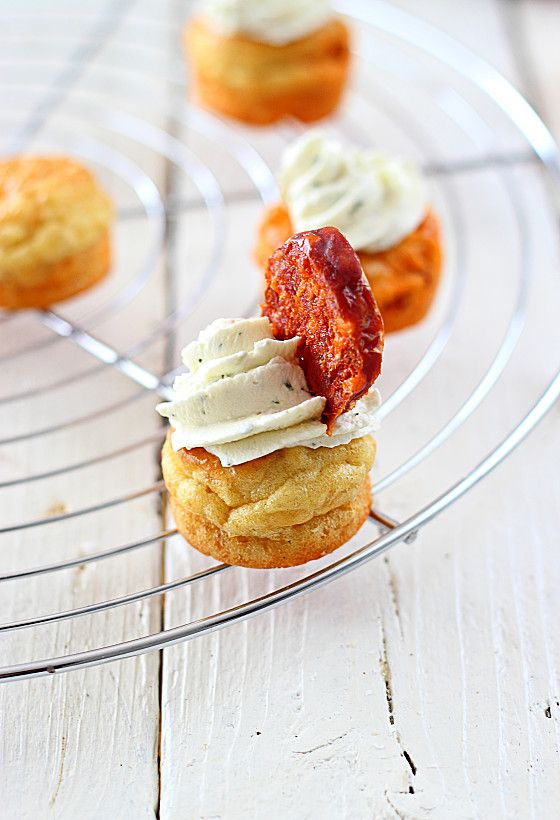 Cupcakes au chorizo et au fromage ail et fines herbes