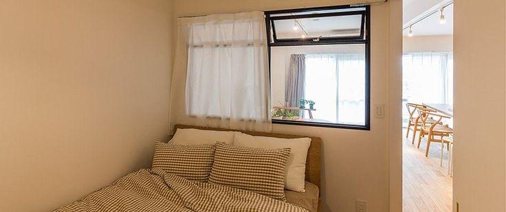 寝室とリビングの間に室内窓を設けることで、広々とした開放感や採光にも配慮しました。室内窓のサッシはブルーのソファに似合う黒の窓枠がアクセント。玄関にも同じ窓枠を配しています。 #bedroom#室内窓#広く見せる