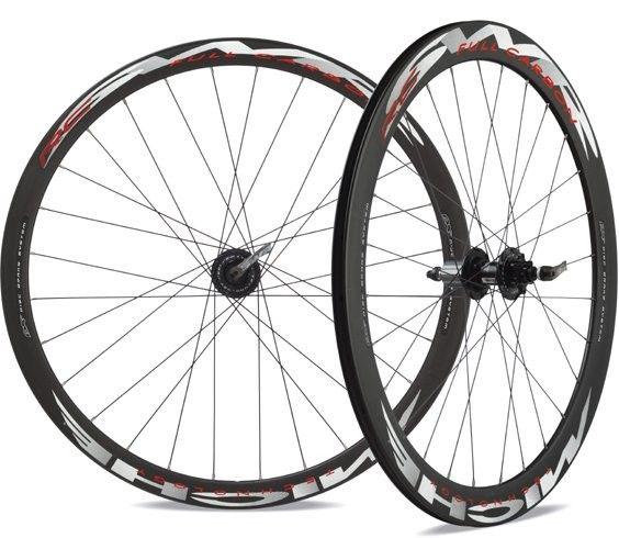 De Miche SWR carbon rc dx wielset is ontworpen en geproduceerd voor gebruik op de weg fietsen met schijfremmen systeem. De rand is gemaakt van carbon fiber hoge sterkte opgegeven voor de montage van de banden. De veter en het bouwsysteem zorgen voor een uitstekende stijfheid tijdens beide fasen van herstel dat tijdens de remwerking.
