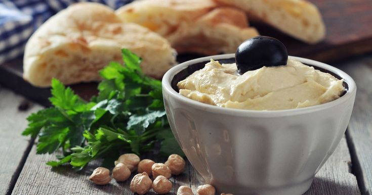 Oppskrift på hjemmelaget hummus. Hummus er en velsmakende kikertpuré som er mye brukt i Midt-Østen. God som dipp, tilbehør til kylling, kjøtt og vegetarretter, eller istedenfor smør på brødskiva.