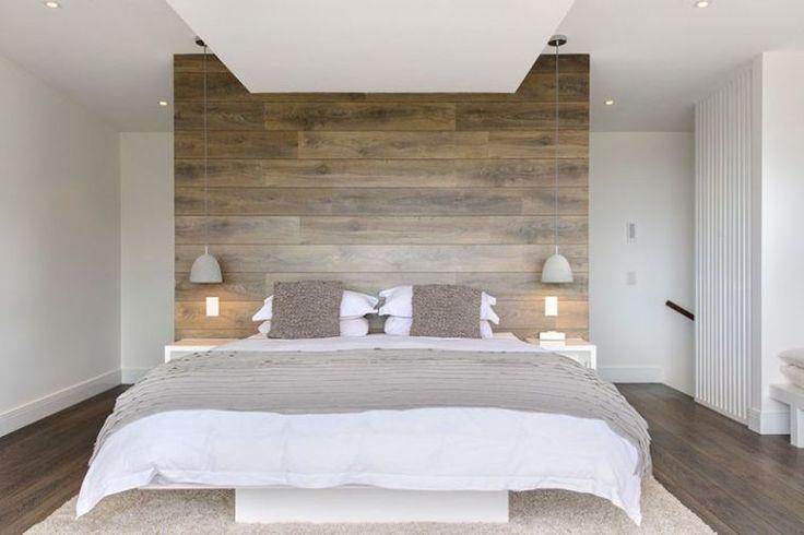 tête de lit en bois et luminaire suspendu