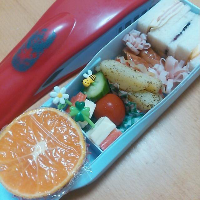 マヨネーズ切らしてしまったのに、 サンドウィッチに(゚o゚;) 卵サンドは卵焼きサンドにしました(^_^;)  ・三色サンドウィッチ (ハムチーズ・ブルーベリージャム・卵焼き) ・ウィンナー&花形ハム ・青海苔しおポテト ・ミニトマト&キュウリ ・カニカマ&チーズ ・みかん - 33件のもぐもぐ - 今日のお弁当さん☆三色サンドウィッチ♪ by Kayo Matsuda