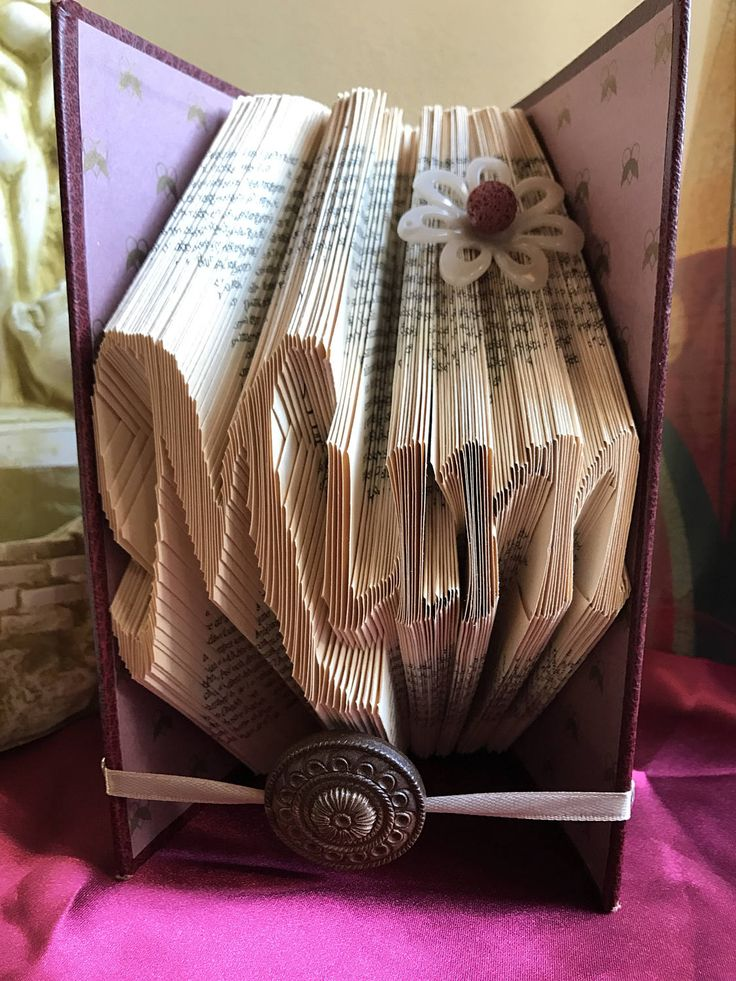 CIJ Book art Book sculpture with the word Mum embellished with flower, gift idea for her,  customizable gift, decorated book, mother's day g - €27.00 EUR