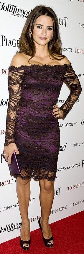 Essa mulher é linda!!! Penélope Cruz arrasando com seu vestido, bolsa e sapatos roxos. Aquelas unhas também são roxas? Ficaram lindas de qualquer jeito!