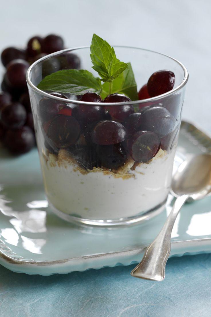 Druer med knas og Fromage Frais En knasende god lille dessert med druer, nødder, makroner og smag af vanille. detsundeliv.dk