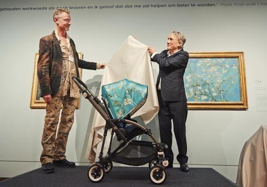 Max Barenbrug, Gründer und Bugaboo, und Willem van Gogh enthüllen im Amsterdamer van Gogh Museum den Kinderwagen.
