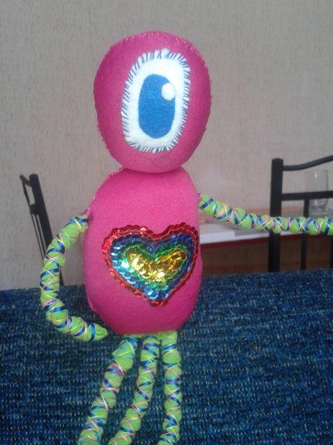 muñeca marciana de trapo hecha con poleras recicladas, tentáculos hecho con trapillo y corazón de lentejuelas.