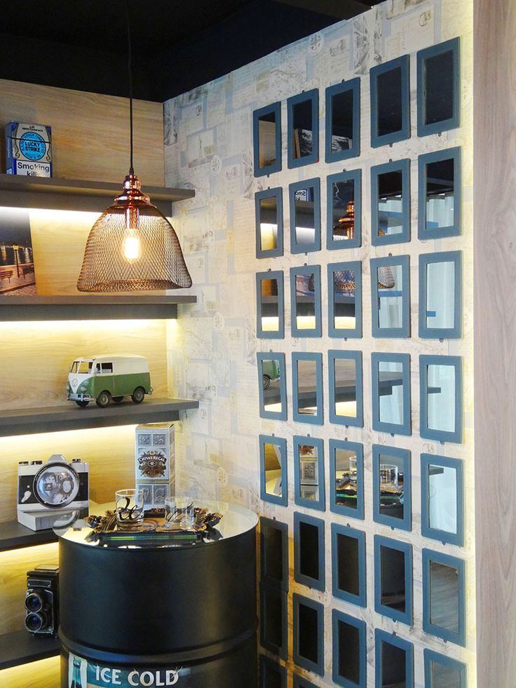 Já pensou em decorar sua casa com elementos baratinhos? Esse escritório ficou bem descolado com esse mural de espelhinhos populares.