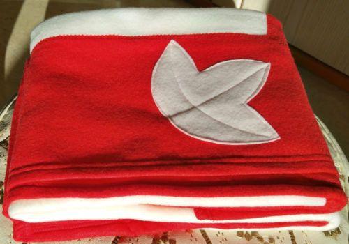 Charmant-plaid-polaire-Noel-rouge-et-ecru-120-x-160-cm-decor-feuilles-doux-Neuf
