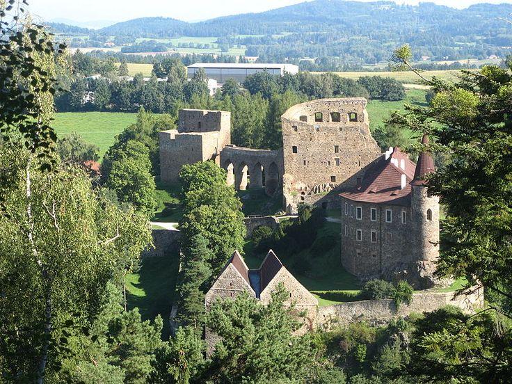 Fotka ukazuje poměrně málo frekventovanou perspektivu hradu, dobře znázorňující obranný význam čelního paláce. File:Hrad Velhartice.JPG