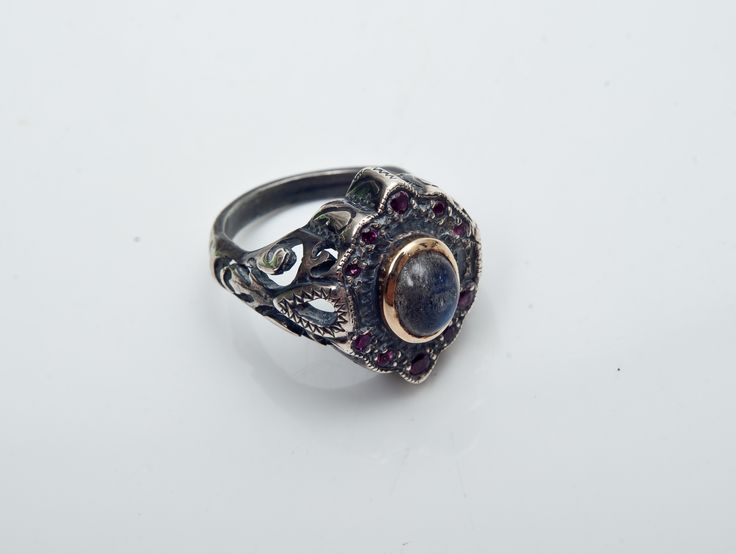 Antique ring with a touch of gold and a Labradorite