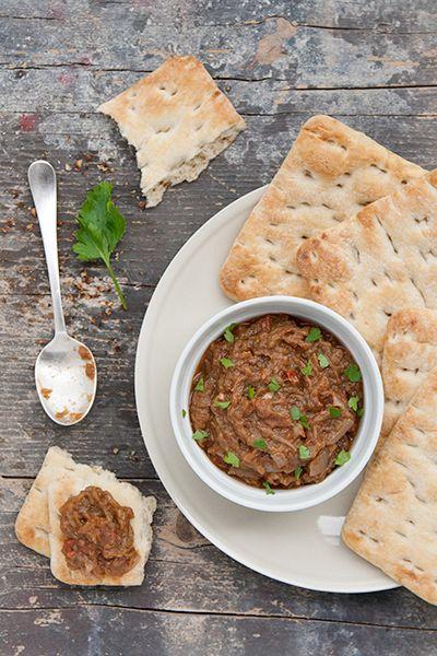 Anche la ricetta di oggi, come quella di lunedì, viene da lontano: si chiama baingan bharta e arriva nientemeno che dal Punjab, una regione a Nord dell'India. Baingan è la melanzana, bharta invece – che si pronuncia all'inglese nel caso ve lo steste chiedendo, quindi con la u – significa verdura tritata. Si tratta di un piatto speziatissimo, pieno di aglio, cipolla, spezie e tutti gli ingredienti che in genere mi fanno spazzolare il piatto.