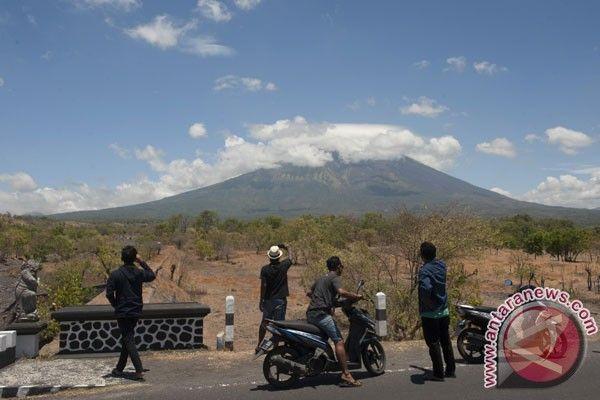 DENPASAR, MENARA62.COM -- Badan Meteorologi Klimatologi dan Geofisika (BMKG) menyebut bahwa hingga saat ini belum terdeteksi debu vulkanik Gunung Agung yang menyelimuti wilayah udara Bali meskipun gunung berapi itu dalam status awas.