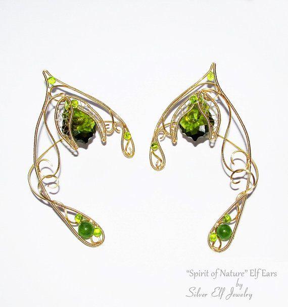 Een paar van elf oren geïnspireerd door de geest van de natuur, die verantwoordelijk is voor alle dingen die op de aarde, de beschermer van planten, de brenger van vreugde groeien.  De elf oren zijn versierd met bloemen en aders en zijn gemaakt van goud beklede draad van niet-bezoedelen, Swarovski kristal (Swarovski elementen olivijn) en glaskralen.  Deze groen en goud elf oren zijn zeer gemakkelijk te dragen en op festivals, Cosplay, LARPs, Halloween en andere tijden wanneer u wilt zich…