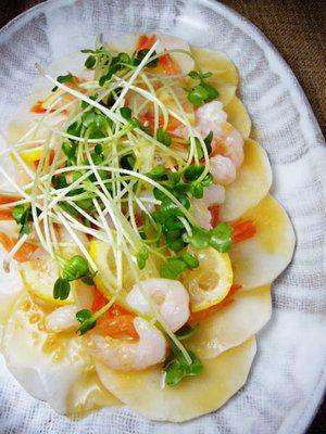 寒くなるにつれておいしくなるかぶを、サラダで存分に楽しむ。甘みとやわらかさが増す旬のかぶは、加熱せず塩もみだけしてシンプルにいただくのもまた美味。柚子の香りと酸味を加えれば、いっそう風味豊かに。|『ELLE a table』はおしゃれで簡単なレシピが満載!