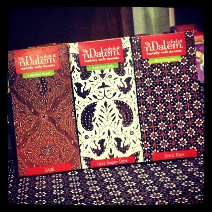 Cokelat nDalem Linirasa / Varian Klasik. Dark Chocolate, Extra Dark Chocolate & Less Sugar Dark Chocolate. Bergambar motif batik khas pernikahan Jawa, Sidomukti, Truntum dan Sidoasih.