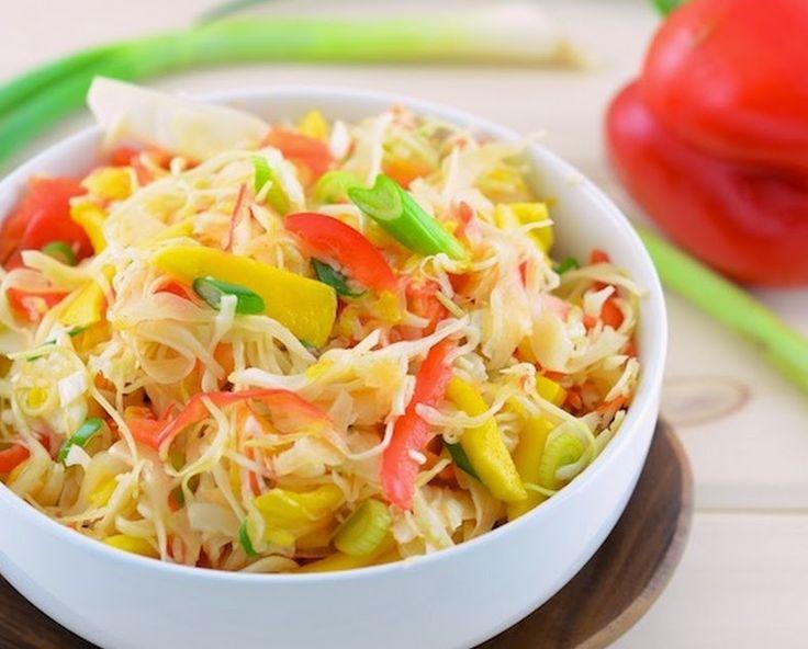 Ingredientes Para a salada: 1/2 repolho pequeno 1 manga 1 pimentão vermelho pequeno 2 ramos de cebolinha verde Para o molho: Suco de 1 limão 1 colher (sopa) de azeite de oliva 1 pitada de pimenta-caie
