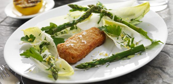 Sprødstegt torsk med marineret julesalat og asparges