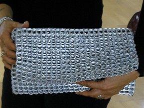 ANGELA Collana (double face) + IZA Bracciale dal riciclo delle linguette delle lattine di alluminio.   Dimensioni: ANGELA Collana cm. 60 x 5 + JOLIE Bracciale cm.19 x 5.     Disponibili in Due Colori: Silver - Black.    Prodotto originato dal riciclo delle linguette realmente utilizzate. Lavorate a mano all'uncinetto da artigiane nelle periferie delle metropoli sudamericane, in cooperative, ONGs, comunità, totalmente autonome e indipendenti, quindi senza alcuna forma di sfruttamento…