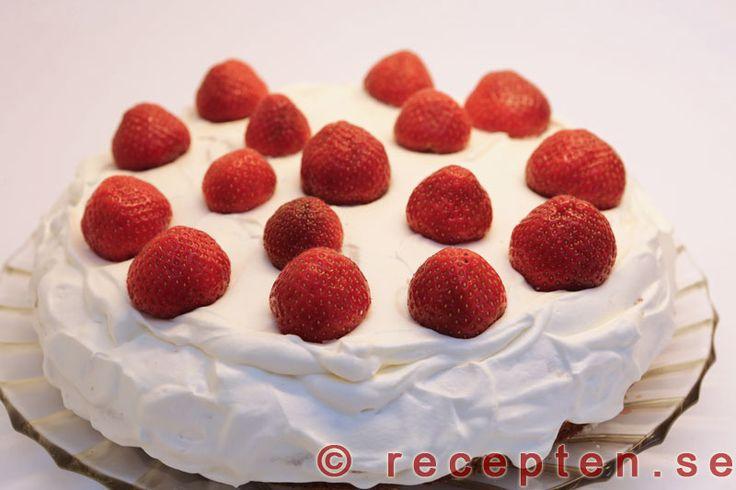 Jordgubbstårta - Jordgubbstårta är en riktig sommartårta. Ett recept på gräddtårta med jordgubbar. Sockerkaksbotten och vaniljkräm och jordgubbar som fyllning och självklart garnerad med jordgubbar.