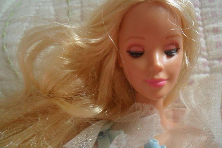 """Algo de la infancia: Yo seleccione una muñeca que fue muy importante en mi infancia...es una barbie bella durmiente...a la mayoría de mis muñecas les hacia cortes de pelo o se los pintaba con marcadores de diferentes colores, pero esta muñeca fue la única a la cual no le hice ningún """"arreglo"""" de esos, ya que como dije es muy especial para mi :3"""